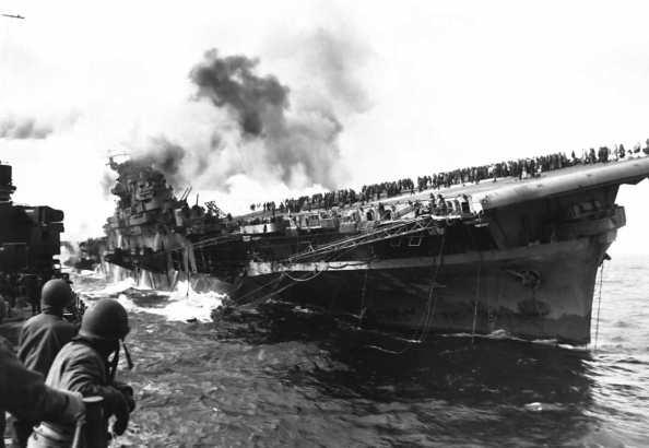 Portaaviones alcanzado por dos torpedos. Foto de www.2.bp.blogspot.com