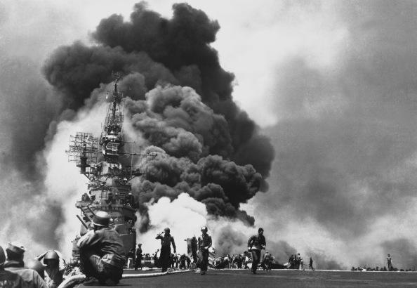 USS Bunker Hill alcanzado por dos kamikazes - Foto www.lasegundaguerra.com