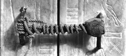Tumba de Tutankamon - El sello intacto del tercer sepulcro - Foto por Harry Burton