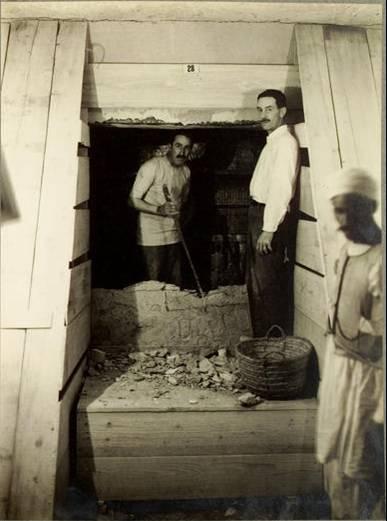 Carter y Carnarvon abriendo la tercera puerta de la tumba de Tutankhamon - Foto Harry Burton