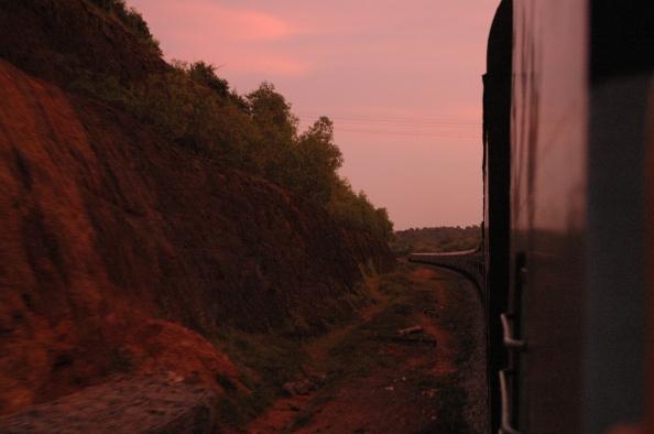 Anochece en el tren, India - Foto por Mi Lawrence