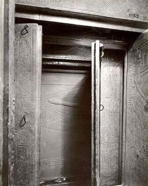 Los distintos féretros que albergaban el sarcófago de Tutankhamon