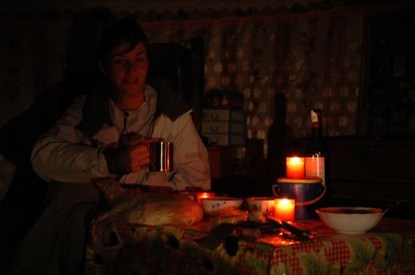Mongolia, 2005 - Oté tomando té en tienda nómada - Foto por Mi Lawrence
