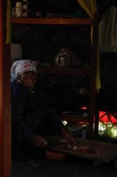 Mongolia, 2005 - Mujer nómada en su tienda - Foto por Mi Lawrence