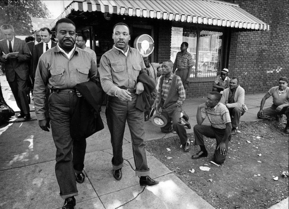 Martin Luther King Jr. y Ralph Abernathy camino del arresto, Birmingham, Alabama, el 16 de abril de 1963