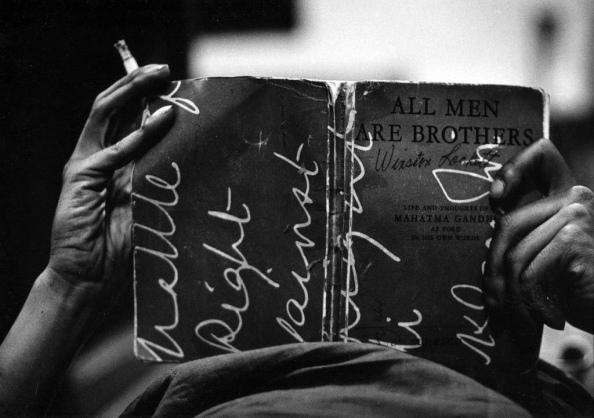 """Leyendo el libro de Gandhi """"Todos los hombres son hermanos"""", 1960"""
