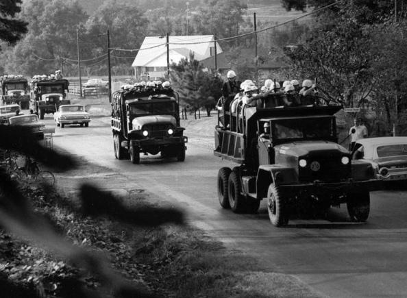U.S. Marshals, con casco y armados, entrando en Oxford, Mississippi, en 1962