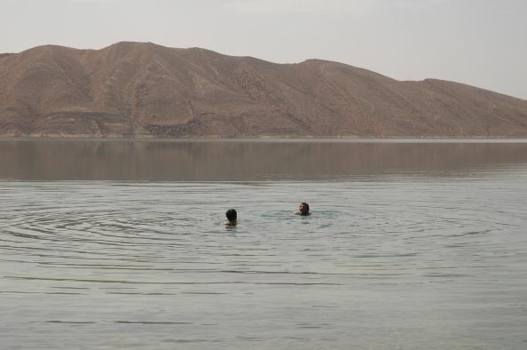 Bañándonos a las afueras de Ifri, Marruecos - Foto por Mi Lawrence