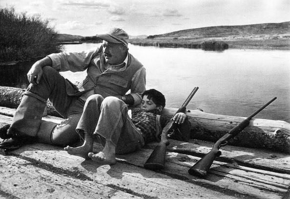 Ernest Hemingway y su hijo Gregory, Sun Valley, Octubre 1941 - Foto Robert Capa