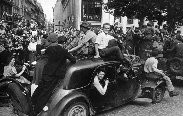 París, Los Campos Elíseos, 26 de agosto de 1944 - Miembros de la Resistencia y el Ejército Francés celebran la liberación - Foto por Robert Capa