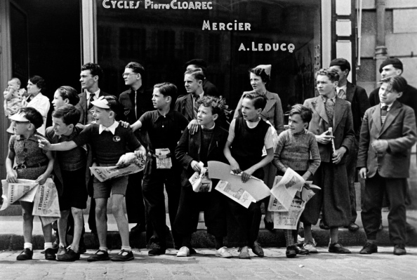 Viendo el Tour de Francia - Pleyben, Francia, Julio de 1939 - Foto Robert Capa