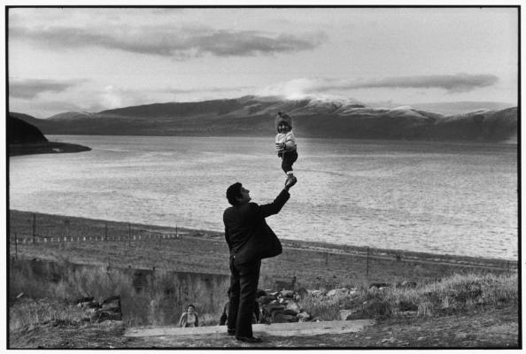 Unión Soviética. Armenia. Visitantes de una aldea junto al Lago Sevan - Foto por Henri Cartier-Bresson