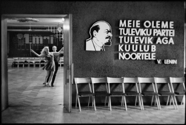 Unión Soviética. Estonia, Tallinn, 1973. Fábrica de celulosa. Entrenando para un campeonato de baile - Foto por Henri Cartier-Bresson