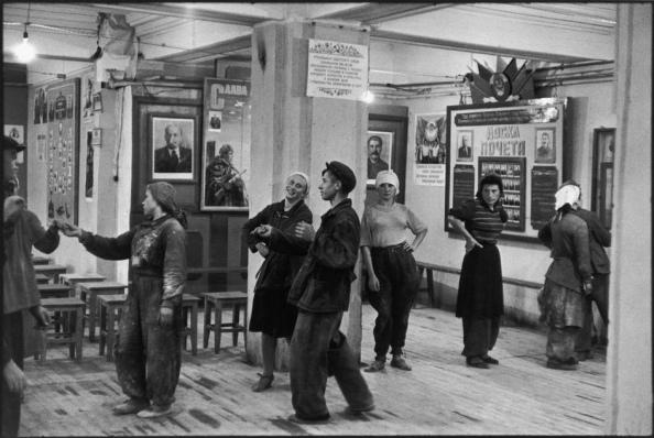 Unión Soviética. Moscú 1954. Cantina para los trabajadores durante la construcción del Hotel Metropol - Foto por Henri Cartier-Bresson