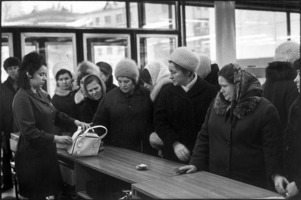 Unión Soviética. Moscú 1972. Almacenes en la calle Arbat - Foto por Henri Cartier-Bresson